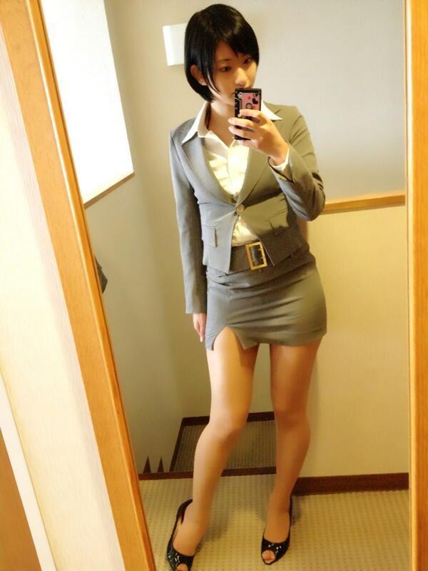 【タイトミニエロ画像】お尻のラインとパンチラがエロい美女のタイトミニ姿 45