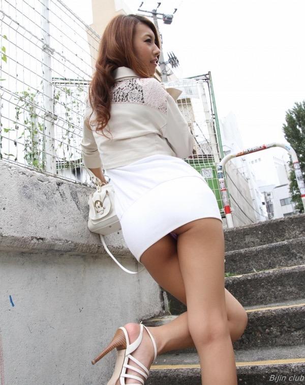 【タイトミニエロ画像】お尻のラインとパンチラがエロい美女のタイトミニ姿 65