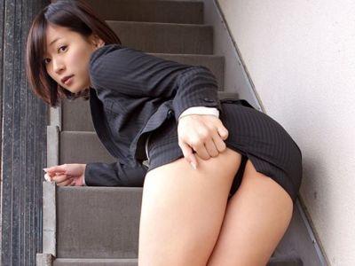 【タイトミニエロ画像】お尻のラインとパンチラがエロい美女のタイトミニ姿 67
