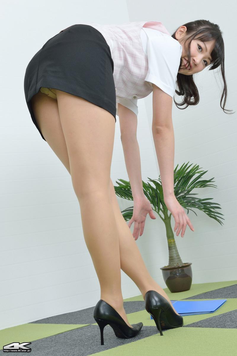 【タイトミニエロ画像】お尻のラインとパンチラがエロい美女のタイトミニ姿 76