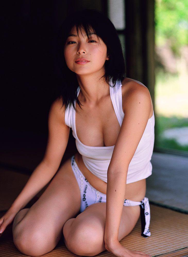 【里中あやグラビア画像】辞めてしまったのが本当に勿体ないショートヘア美女のエロ写真 61