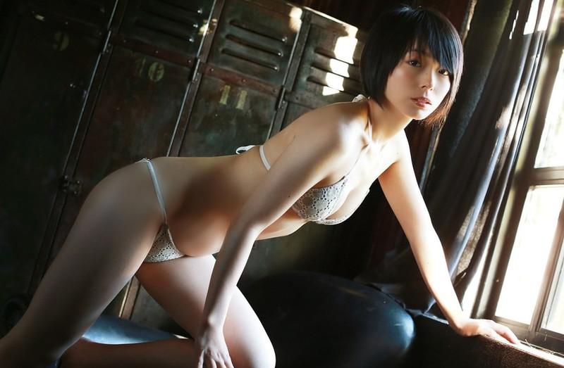【里中あやグラビア画像】辞めてしまったのが本当に勿体ないショートヘア美女のエロ写真 68