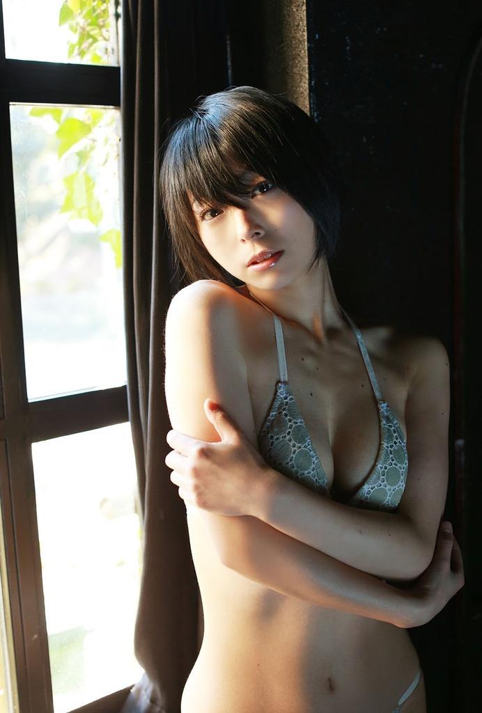 【里中あやグラビア画像】辞めてしまったのが本当に勿体ないショートヘア美女のエロ写真 69