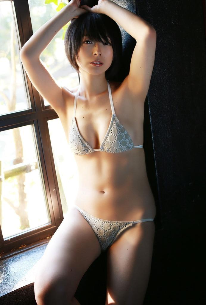 【里中あやグラビア画像】辞めてしまったのが本当に勿体ないショートヘア美女のエロ写真 72