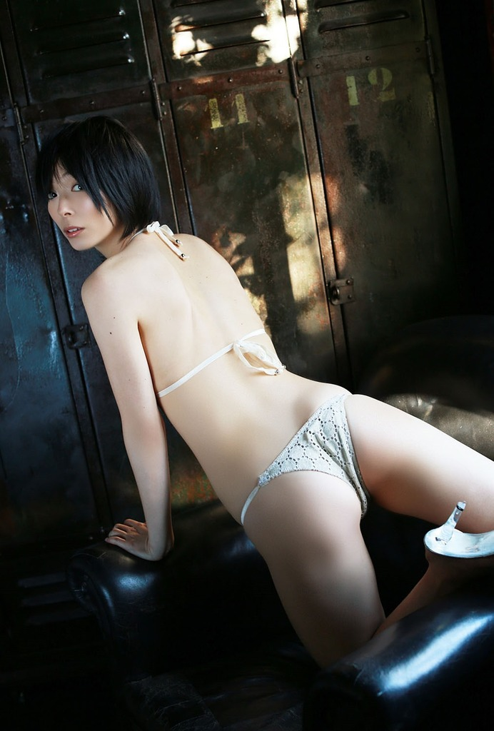 【里中あやグラビア画像】辞めてしまったのが本当に勿体ないショートヘア美女のエロ写真 73