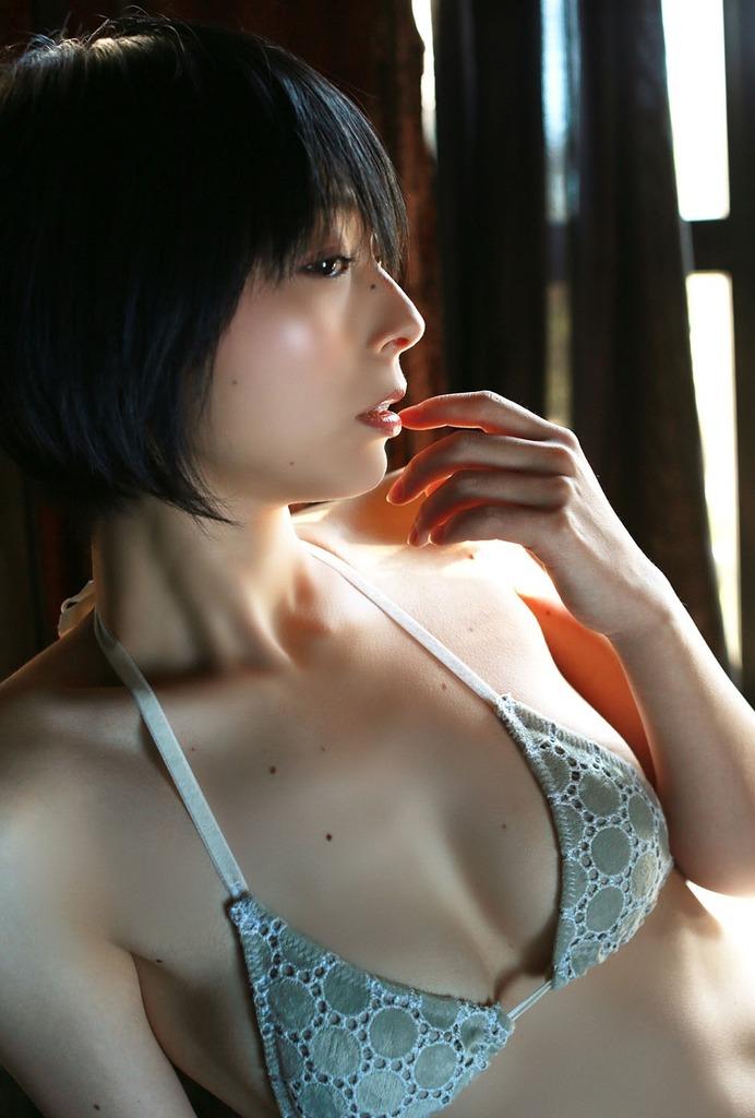 【里中あやグラビア画像】辞めてしまったのが本当に勿体ないショートヘア美女のエロ写真 76