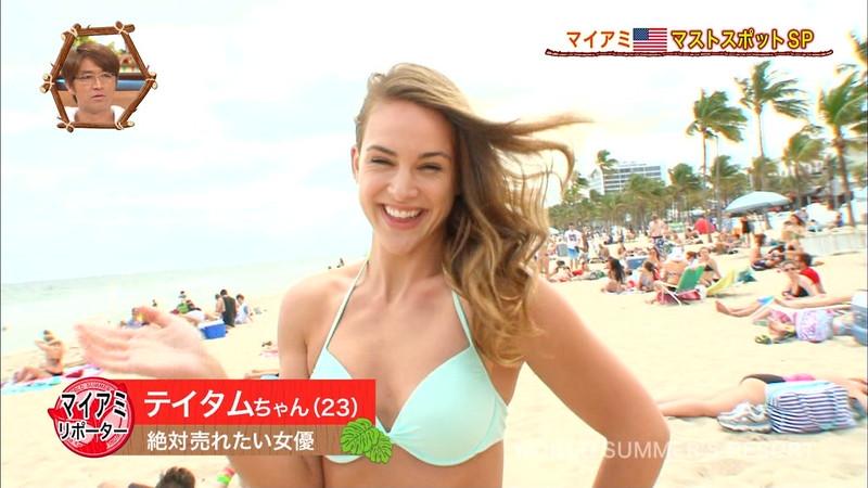 【放送事故画像】テレビ画面で堂々と外国美女のエロビキニ姿が見られる番組wwww 14