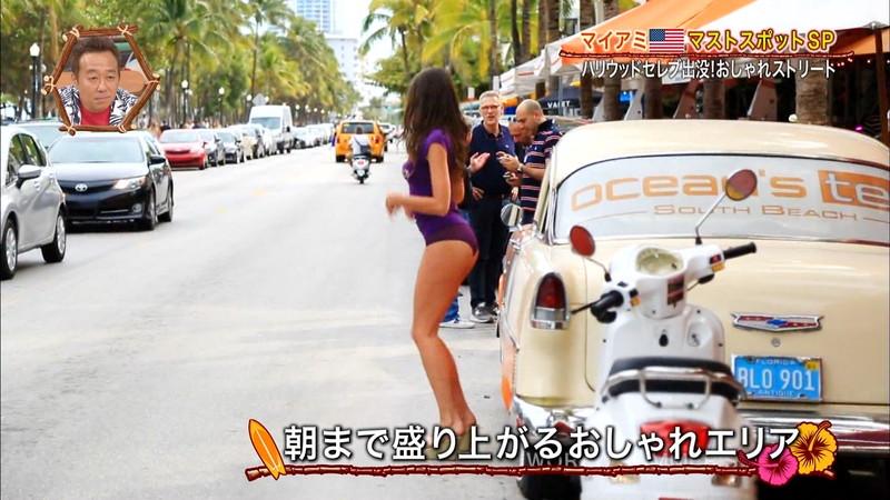 【放送事故画像】テレビ画面で堂々と外国美女のエロビキニ姿が見られる番組wwww 21