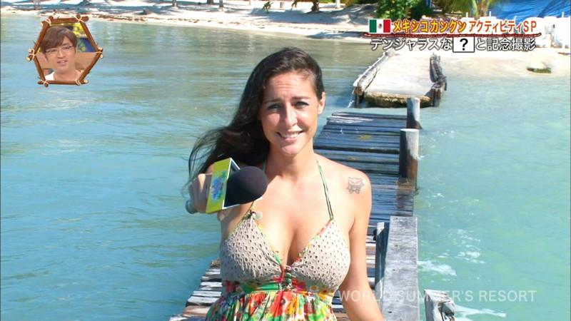 【放送事故画像】テレビ画面で堂々と外国美女のエロビキニ姿が見られる番組wwww 48
