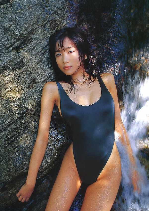 【佐藤江梨子お宝画像】ベテラン女優がグラドル時代に撮った谷間全開のビキニ写真 54