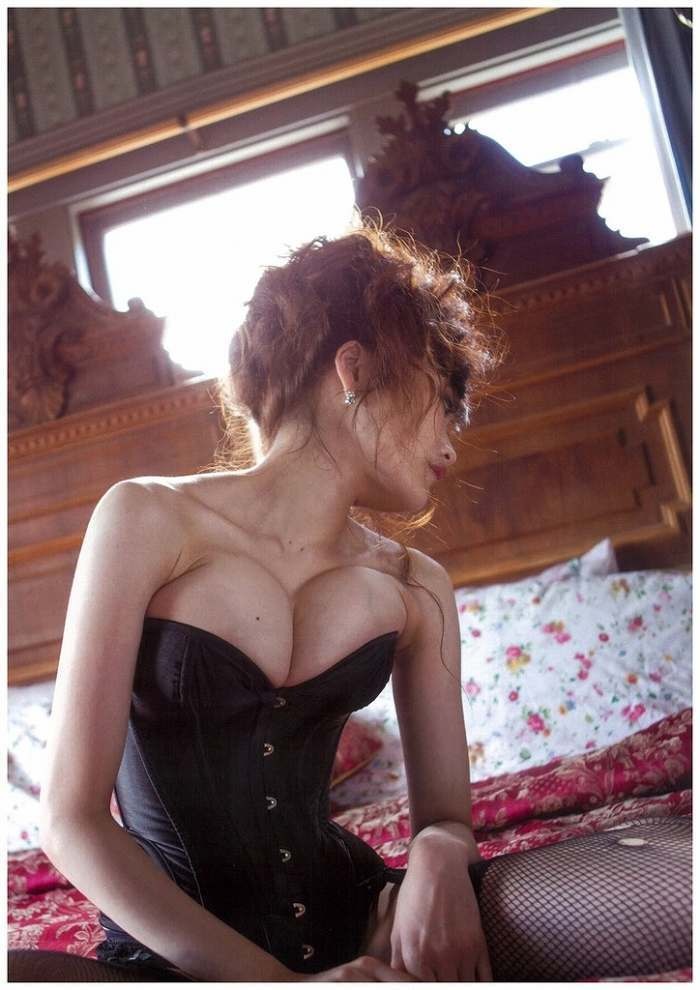 【佐藤江梨子お宝画像】ベテラン女優がグラドル時代に撮った谷間全開のビキニ写真 73
