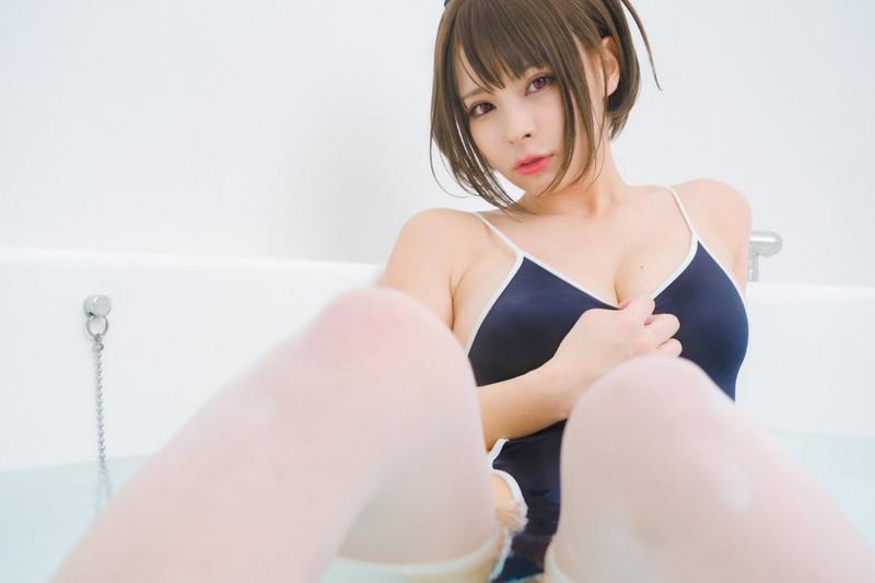 【春野ゆこエロ画像】Hカップの爆乳巨尻ボディをコスプレしながら見せつける露出痴女 79