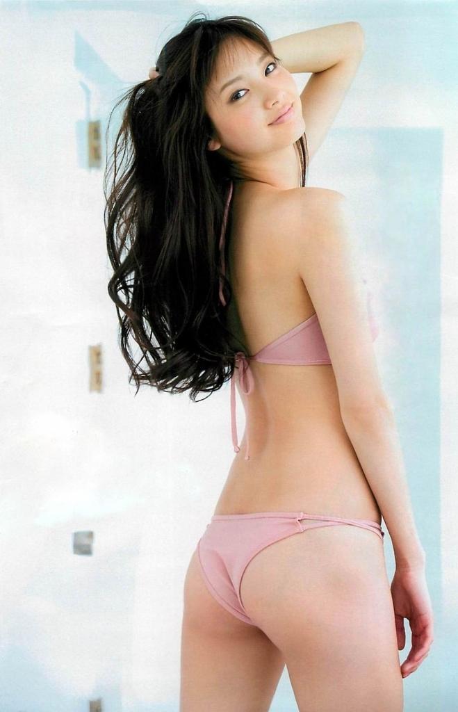 【新川優愛グラビア画像】笑顔が素敵な元グラビアアイドルの女優が魅せるビキニ姿 03