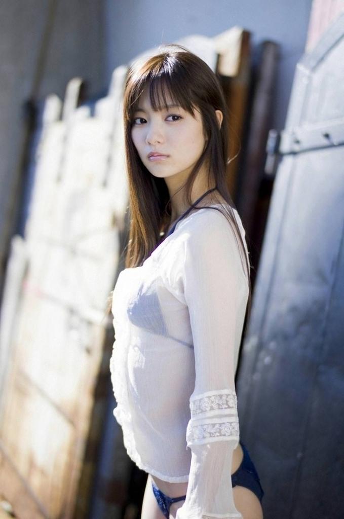 【新川優愛グラビア画像】笑顔が素敵な元グラビアアイドルの女優が魅せるビキニ姿 06