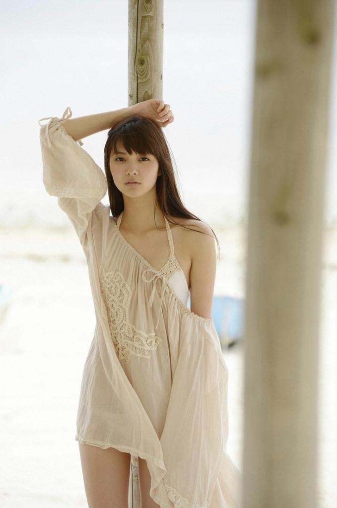 【新川優愛グラビア画像】笑顔が素敵な元グラビアアイドルの女優が魅せるビキニ姿 10