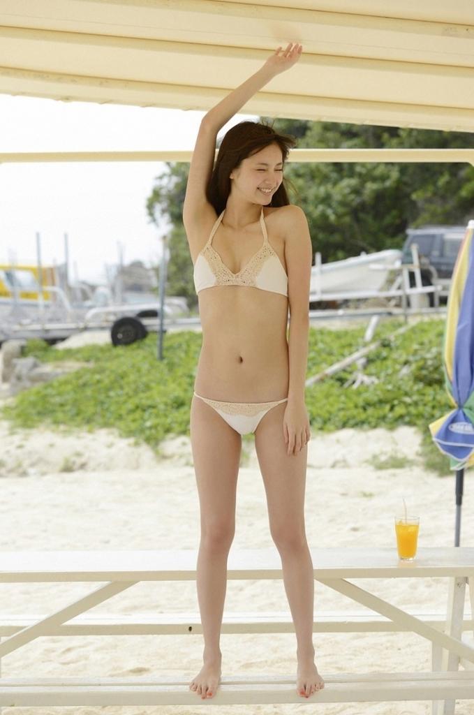 【新川優愛グラビア画像】笑顔が素敵な元グラビアアイドルの女優が魅せるビキニ姿 16