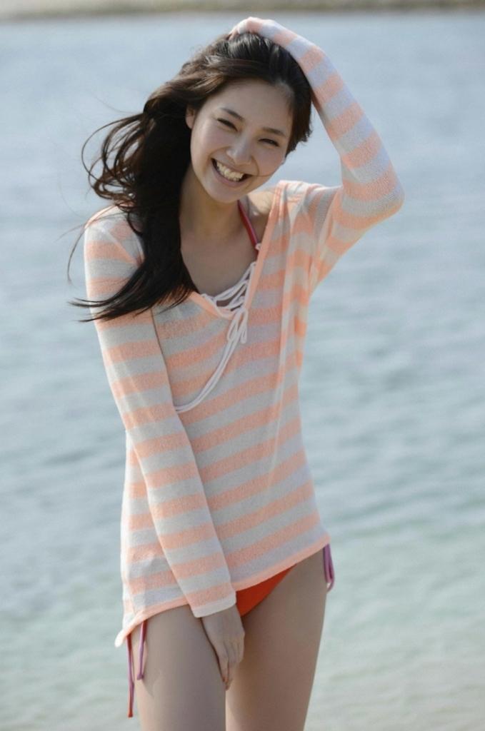 【新川優愛グラビア画像】笑顔が素敵な元グラビアアイドルの女優が魅せるビキニ姿 18