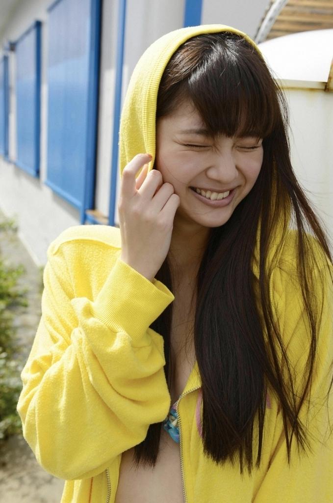【新川優愛グラビア画像】笑顔が素敵な元グラビアアイドルの女優が魅せるビキニ姿 25