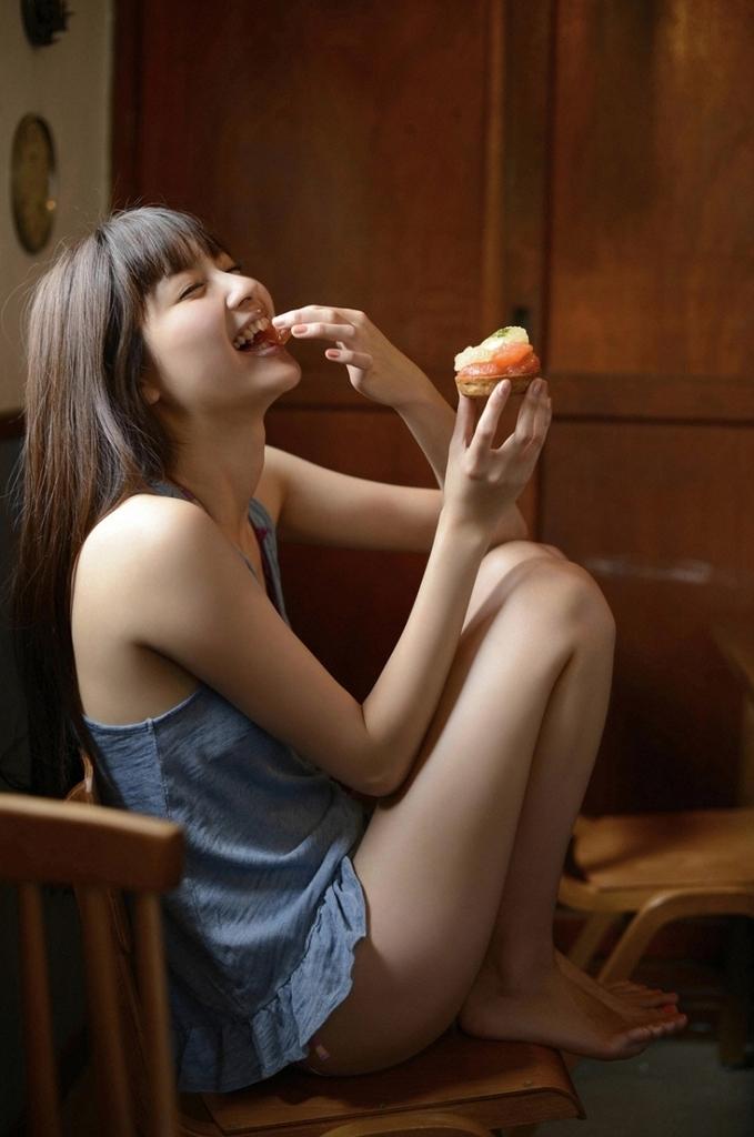 【新川優愛グラビア画像】笑顔が素敵な元グラビアアイドルの女優が魅せるビキニ姿 27