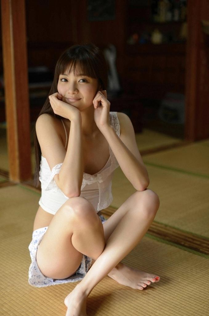 【新川優愛グラビア画像】笑顔が素敵な元グラビアアイドルの女優が魅せるビキニ姿 38