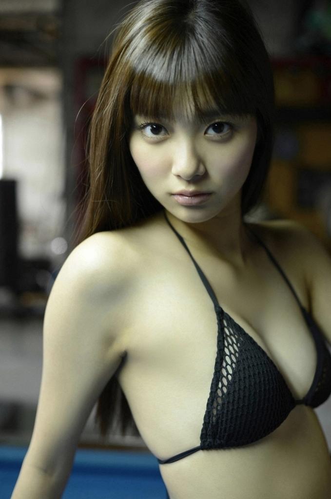 【新川優愛グラビア画像】笑顔が素敵な元グラビアアイドルの女優が魅せるビキニ姿 39