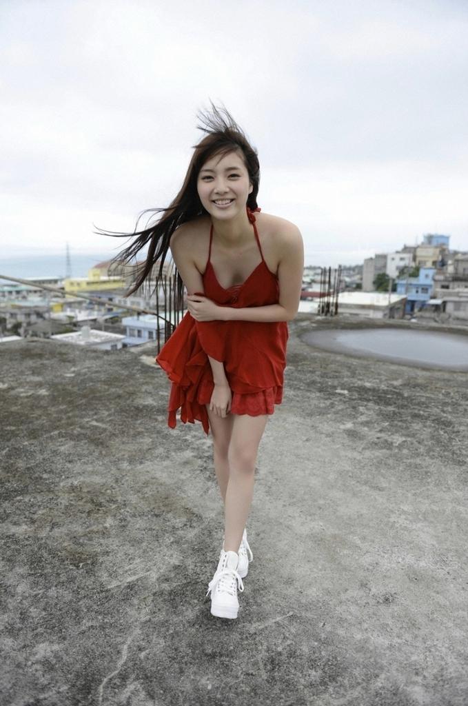 【新川優愛グラビア画像】笑顔が素敵な元グラビアアイドルの女優が魅せるビキニ姿 44