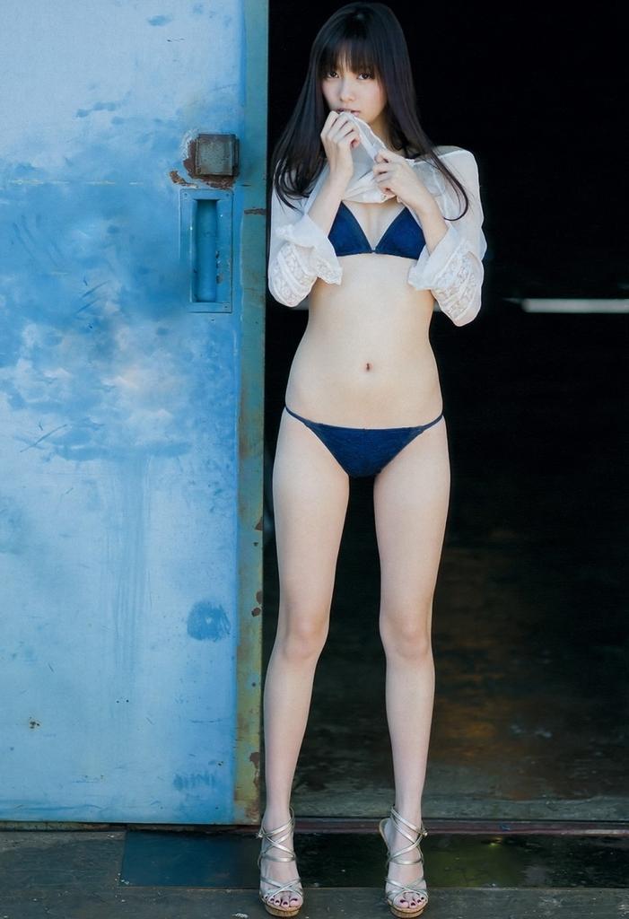 【新川優愛グラビア画像】笑顔が素敵な元グラビアアイドルの女優が魅せるビキニ姿 49