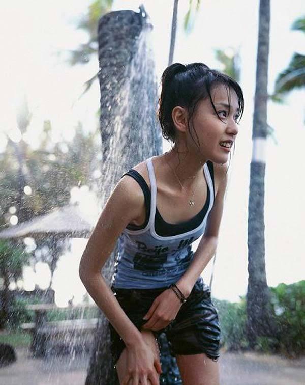 【戸田恵梨香お宝画像】映画デスノートのミサミサ役で脚光を浴びた女優の水着写真 23