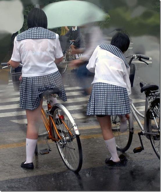 【雨の日濡れ透け画像】梅雨の時でもエロは忘れず濡れて透けた女達で抜く! 05