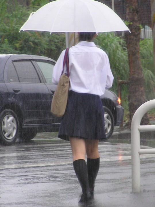 【雨の日濡れ透け画像】梅雨の時でもエロは忘れず濡れて透けた女達で抜く! 07