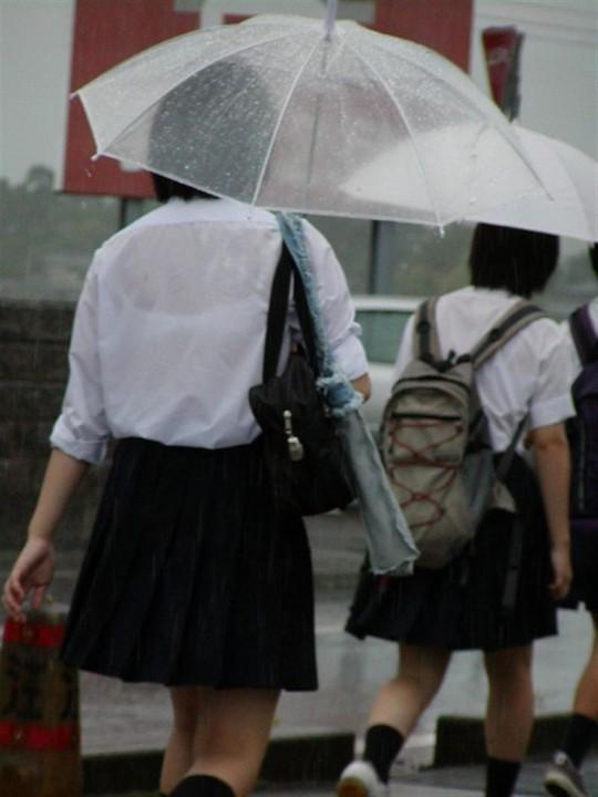 【雨の日濡れ透け画像】梅雨の時でもエロは忘れず濡れて透けた女達で抜く! 08