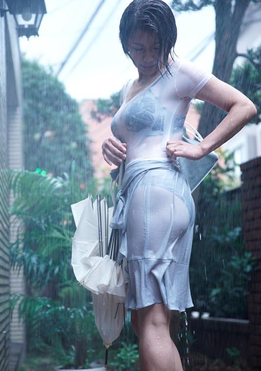 【雨の日濡れ透け画像】梅雨の時でもエロは忘れず濡れて透けた女達で抜く! 10