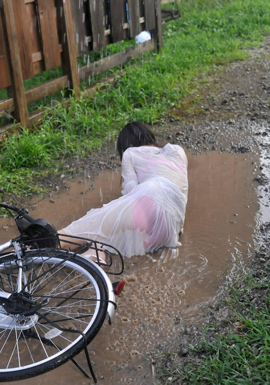 【雨の日濡れ透け画像】梅雨の時でもエロは忘れず濡れて透けた女達で抜く! 11