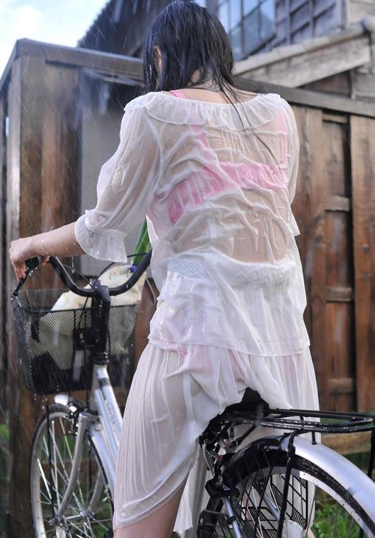 【雨の日濡れ透け画像】梅雨の時でもエロは忘れず濡れて透けた女達で抜く! 13