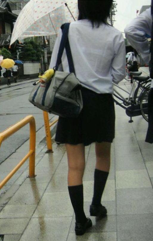 【雨の日濡れ透け画像】梅雨の時でもエロは忘れず濡れて透けた女達で抜く! 15