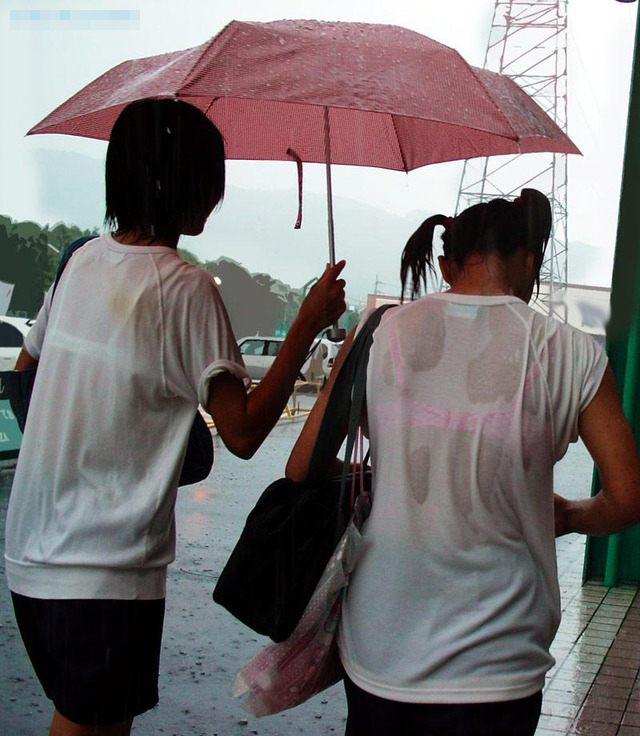 【雨の日濡れ透け画像】梅雨の時でもエロは忘れず濡れて透けた女達で抜く! 18