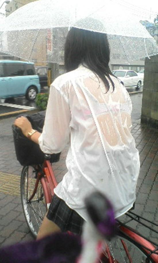 【雨の日濡れ透け画像】梅雨の時でもエロは忘れず濡れて透けた女達で抜く! 19