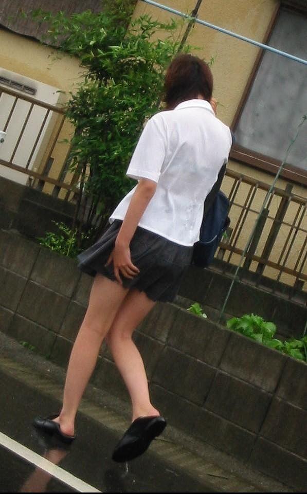 【雨の日濡れ透け画像】梅雨の時でもエロは忘れず濡れて透けた女達で抜く! 23