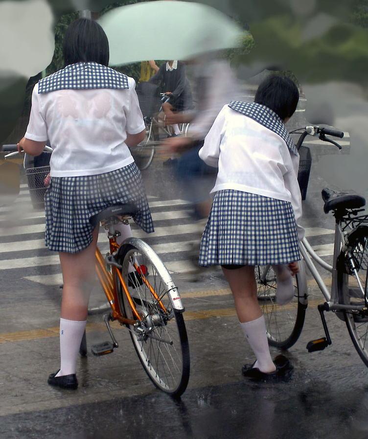 【雨の日濡れ透け画像】梅雨の時でもエロは忘れず濡れて透けた女達で抜く! 25