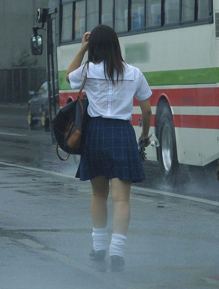 【雨の日濡れ透け画像】梅雨の時でもエロは忘れず濡れて透けた女達で抜く! 26