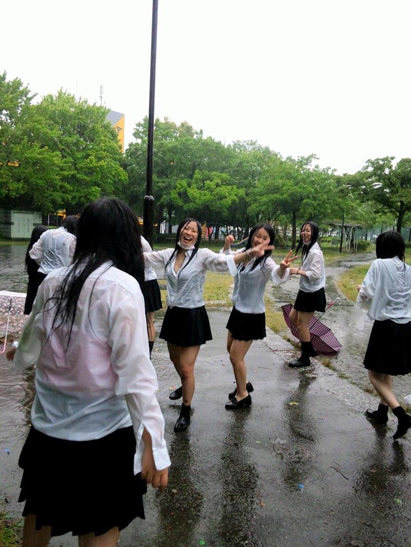 【雨の日濡れ透け画像】梅雨の時でもエロは忘れず濡れて透けた女達で抜く! 32