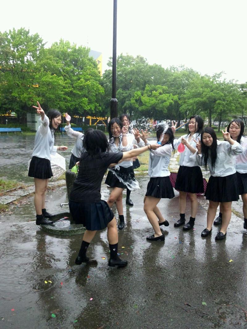 【雨の日濡れ透け画像】梅雨の時でもエロは忘れず濡れて透けた女達で抜く! 33