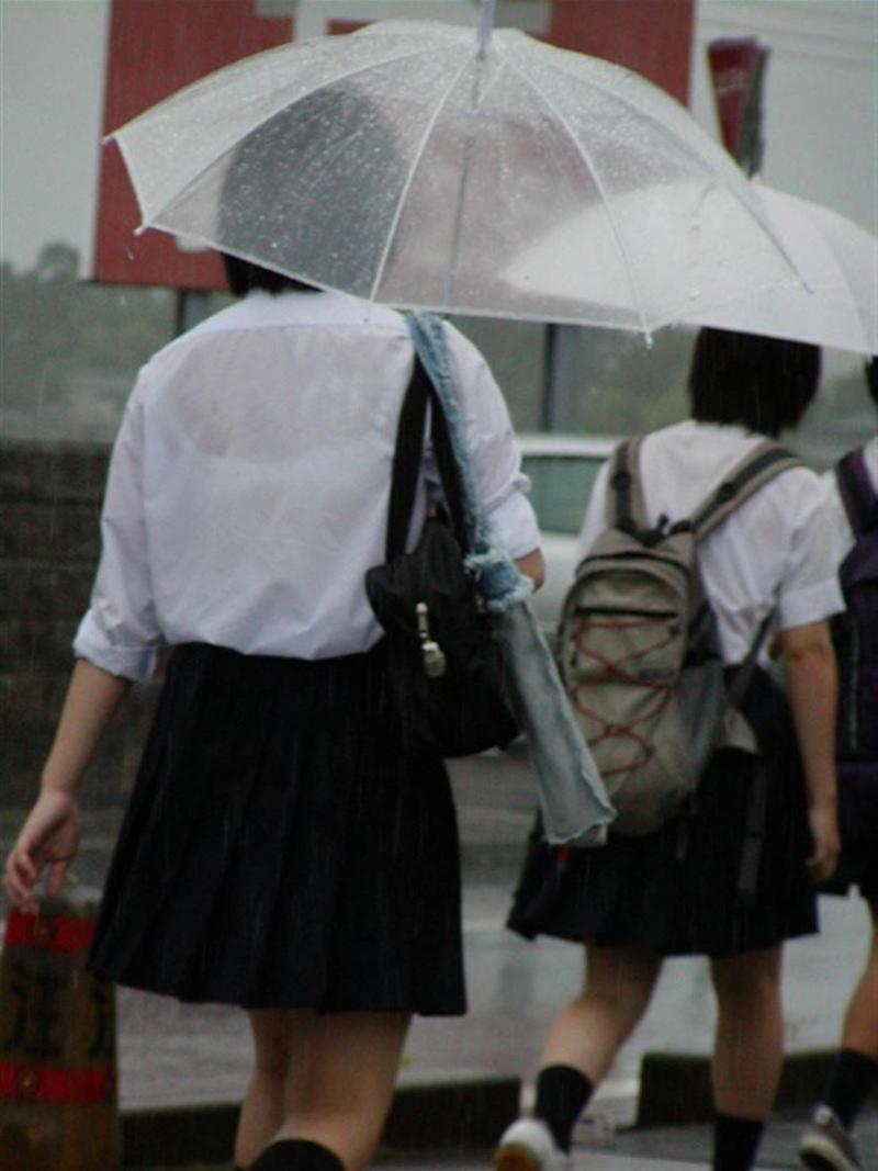 【雨の日濡れ透け画像】梅雨の時でもエロは忘れず濡れて透けた女達で抜く! 36