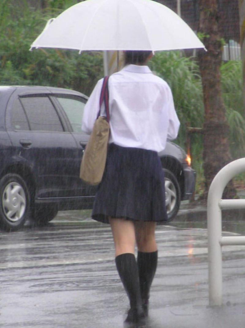 【雨の日濡れ透け画像】梅雨の時でもエロは忘れず濡れて透けた女達で抜く! 37