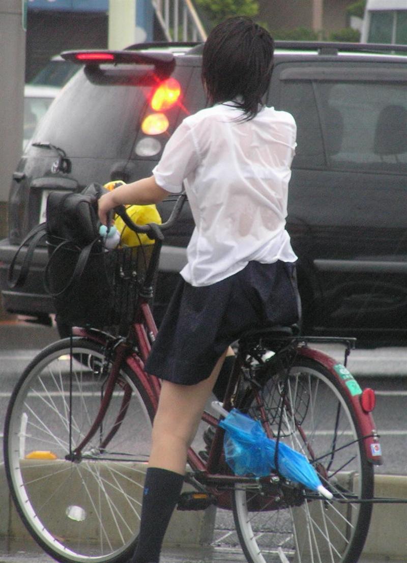 【雨の日濡れ透け画像】梅雨の時でもエロは忘れず濡れて透けた女達で抜く! 38