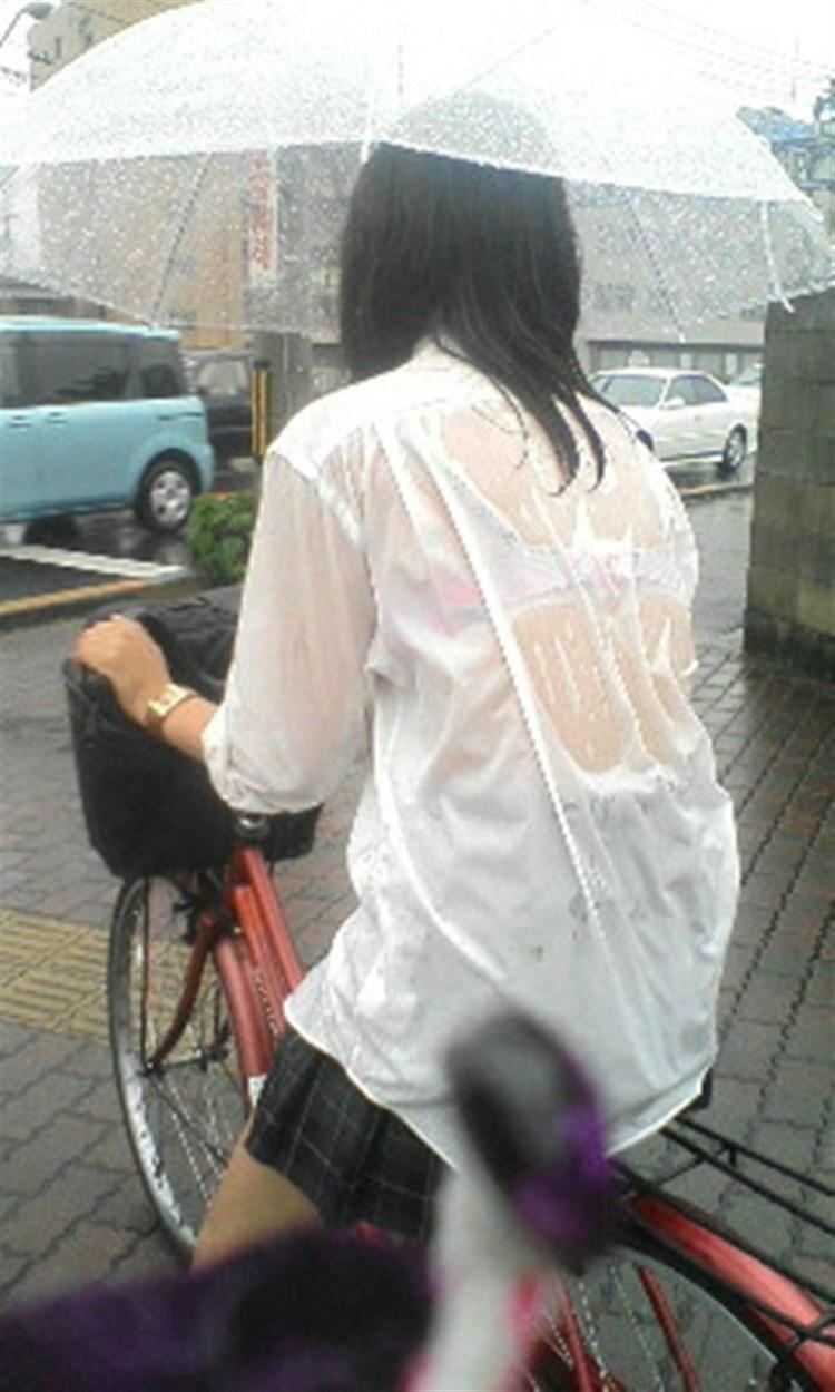 【雨の日濡れ透け画像】梅雨の時でもエロは忘れず濡れて透けた女達で抜く! 39
