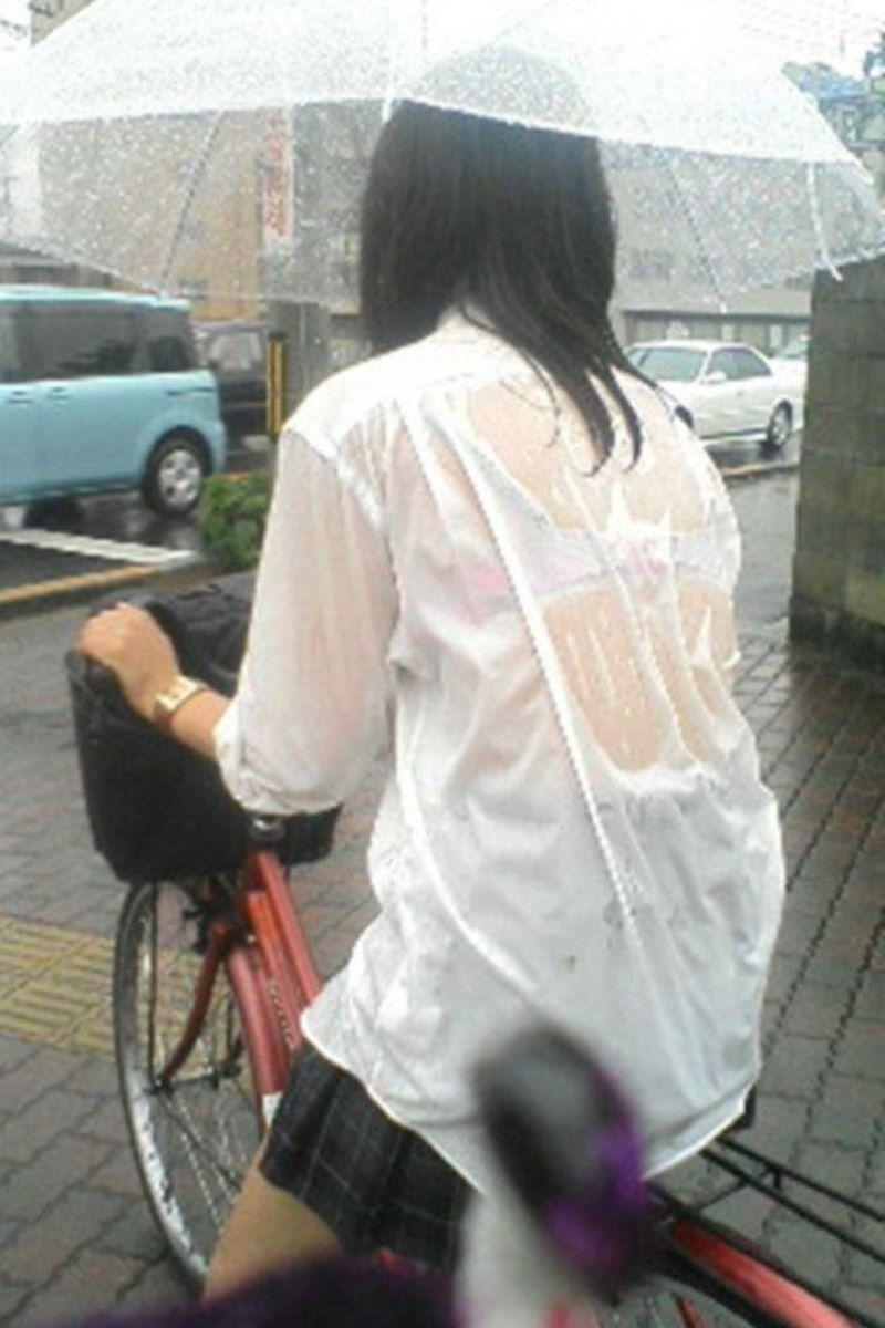 【雨の日濡れ透け画像】梅雨の時でもエロは忘れず濡れて透けた女達で抜く! 43