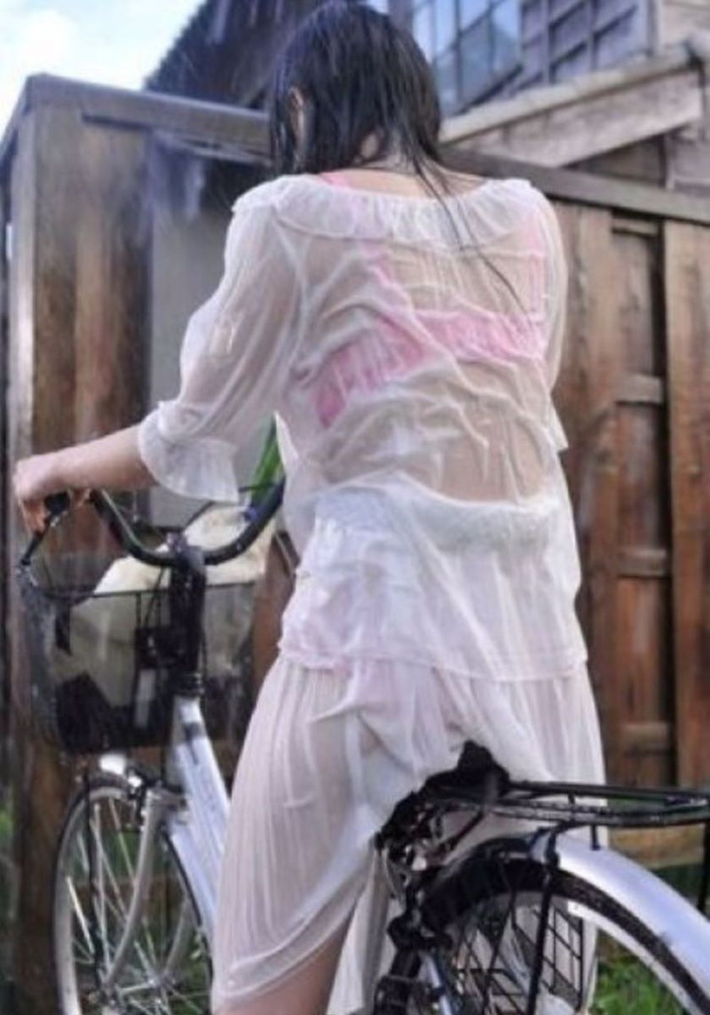 【雨の日濡れ透け画像】梅雨の時でもエロは忘れず濡れて透けた女達で抜く! 45