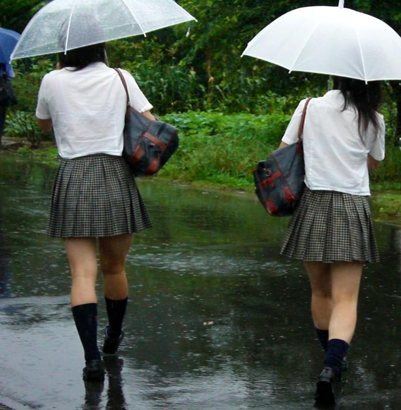 【雨の日濡れ透け画像】梅雨の時でもエロは忘れず濡れて透けた女達で抜く! 46