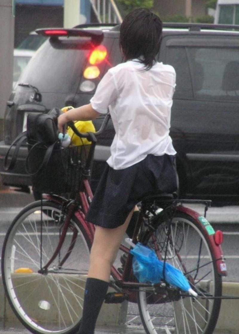 【雨の日濡れ透け画像】梅雨の時でもエロは忘れず濡れて透けた女達で抜く! 47